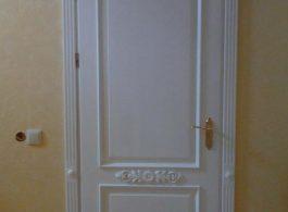 Сучасні класичні білі двері глухі з різьбою в кімнату