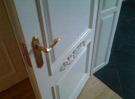 Сучасні класичні білі двері глухі з різьбою