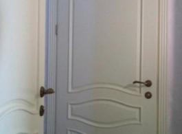 Класичні білі двері