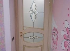 Міжкімнатні двері зі склом в дитячій кімнаті