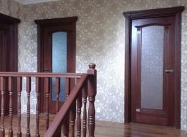 Класичні двері зі склом в коридорі