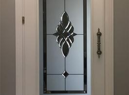 Білі двері з різьбою в коричневому інтер'єрі
