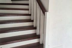 Дерев'яні сходи з забіжними сходинками коричневі з білим