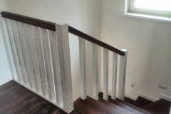 Дерев'яні сходи з забіжними сходинками коричневі з білим кольором