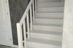 Білі дерев'яні сходи з забіжними сходинками в сучасному інтер'єрі