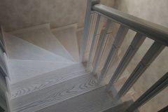 Білі дерев'яні сходи в інтер'єрі фото