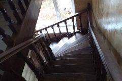 Коричневі сходи в будинок забіжні сходинки