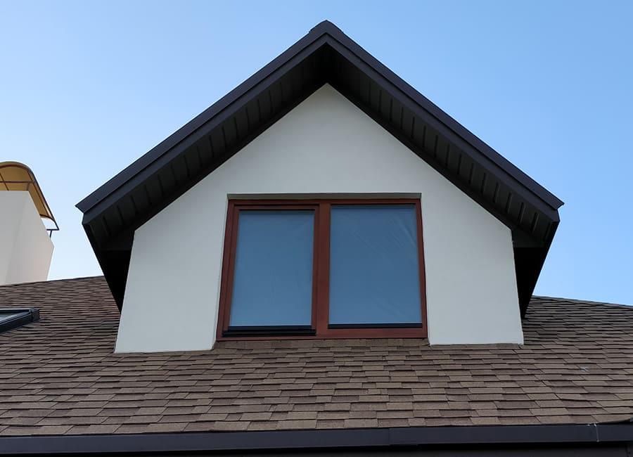 Коричневе дерев'яне вікно на голуб'ятнику