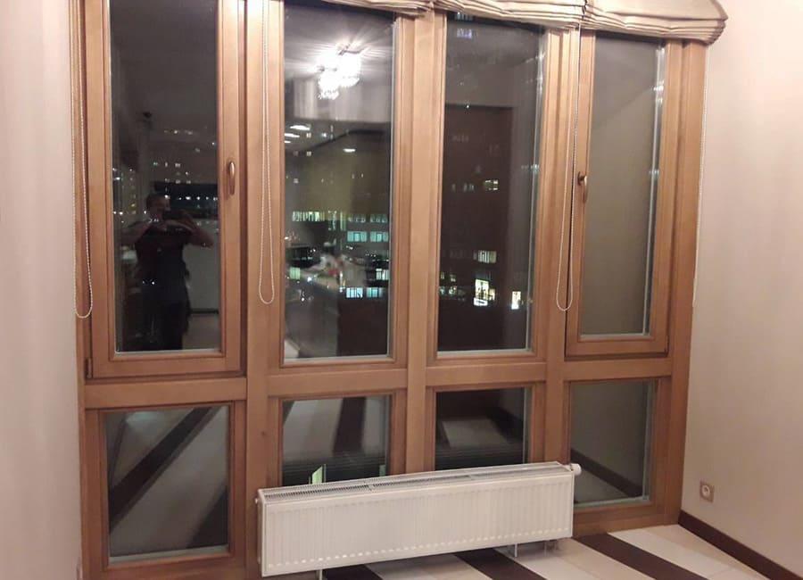 Коричневе дерев'яне вітражне вікно в інтер'єрі