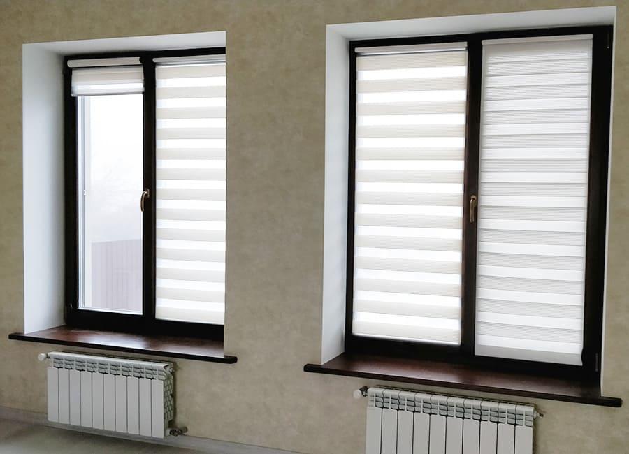 Коричневе дерев'яне вікно в інтер'єрі
